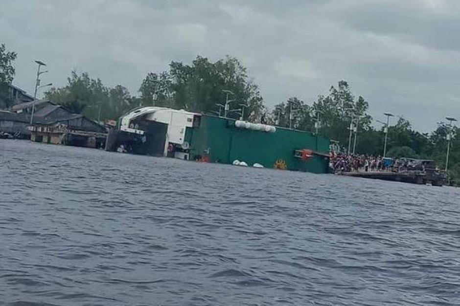 Dramatis, KMP BILI Bocor dan Terguling di Dermaga Perigi Piai Sambas-6