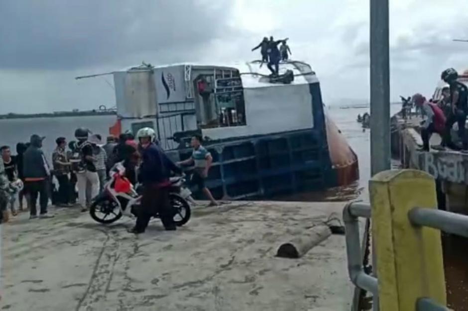 Dramatis, KMP BILI Bocor dan Terguling di Dermaga Perigi Piai Sambas-5