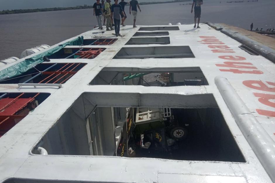 Dramatis, KMP BILI Bocor dan Terguling di Dermaga Perigi Piai Sambas-1