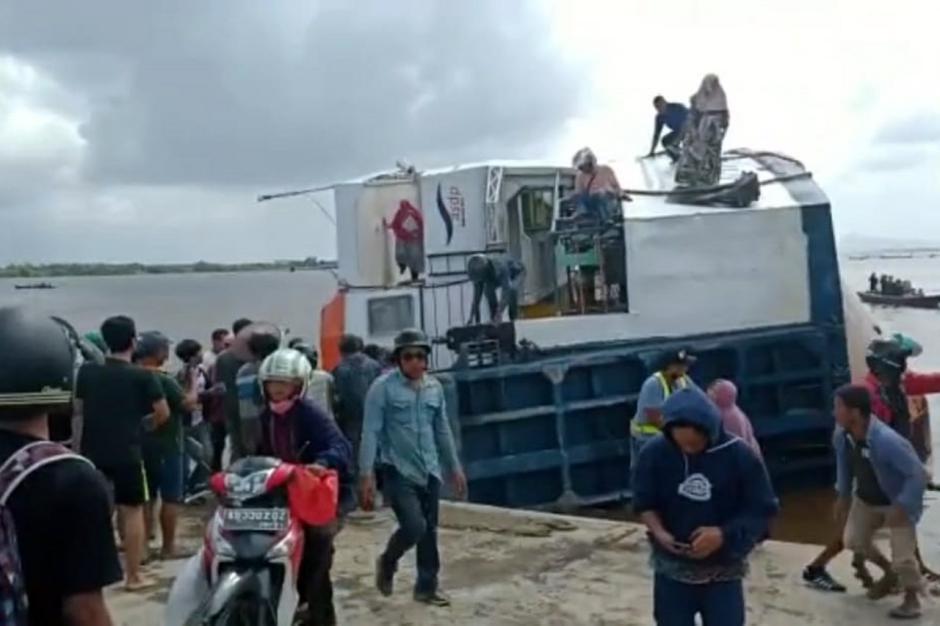 Dramatis, KMP BILI Bocor dan Terguling di Dermaga Perigi Piai Sambas-2