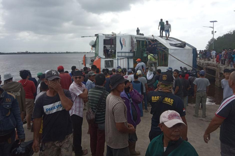 Dramatis, KMP BILI Bocor dan Terguling di Dermaga Perigi Piai Sambas-7
