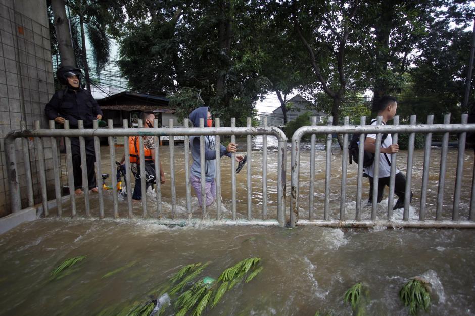 Jalan Tendean Banjir, Beberapa Warga Paksakan Diri Terjang Arus-3