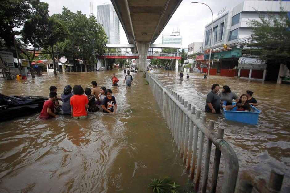 Jalan Tendean Banjir, Beberapa Warga Paksakan Diri Terjang Arus-4