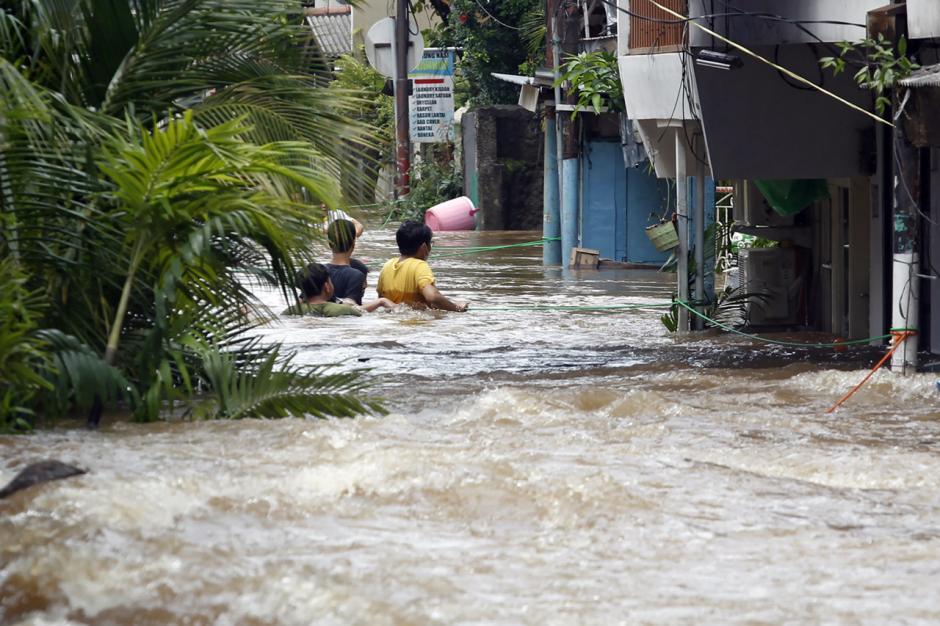 Jalan Tendean Banjir, Beberapa Warga Paksakan Diri Terjang Arus-9