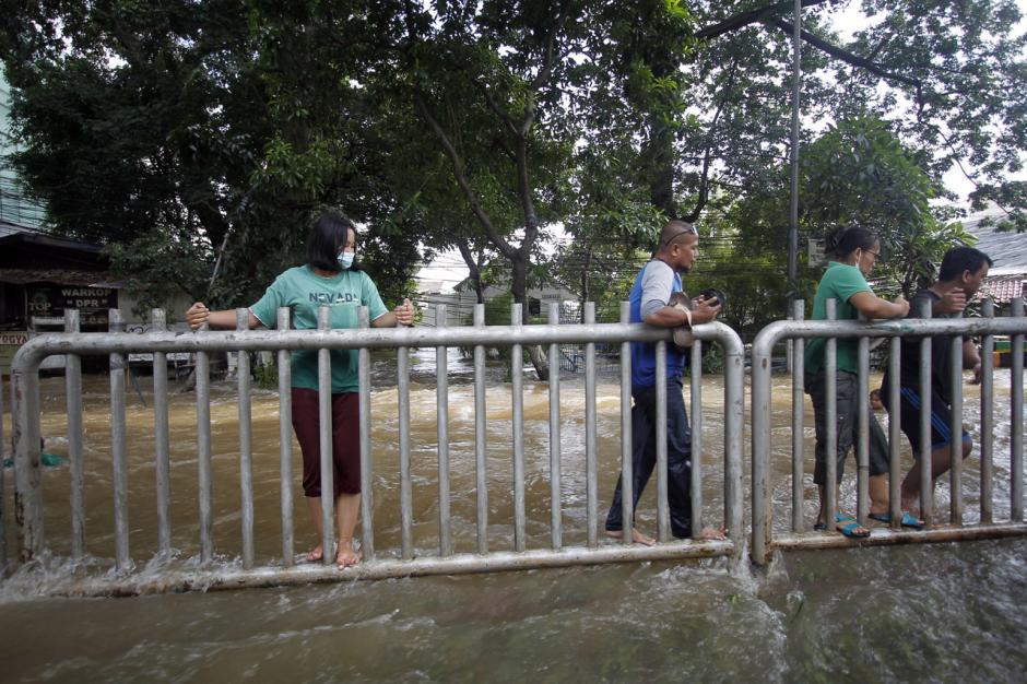 Jalan Tendean Banjir, Beberapa Warga Paksakan Diri Terjang Arus-0