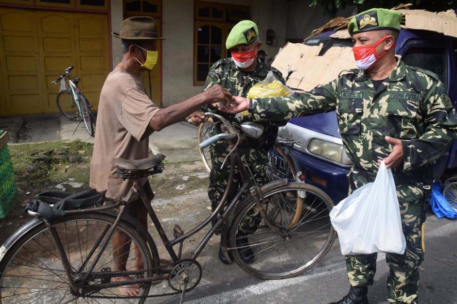 Cegah Covid-19, PPM Jateng Bagikan Masker di Pasar Jungke Karanganyar-1