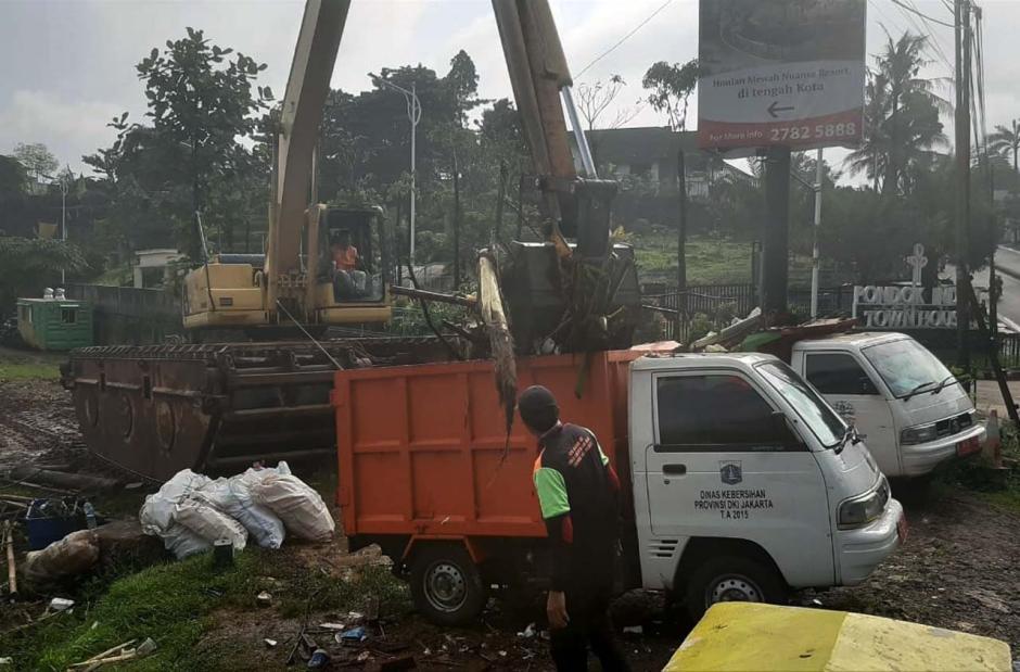 Hujan Deras, Sampah di Kali Pesanggrahan Menumpuk-2