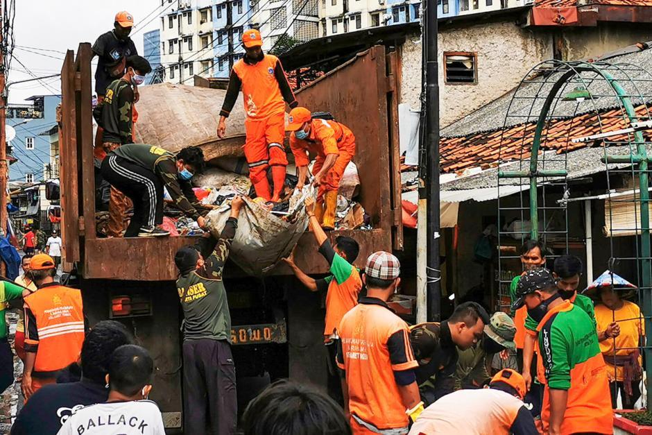 Warga Bendungan Hilir Bersih-Bersih Sampah Sisa Banjir-1