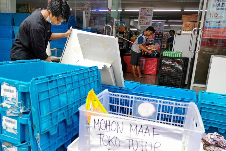 Warga Bendungan Hilir Bersih-Bersih Sampah Sisa Banjir-4