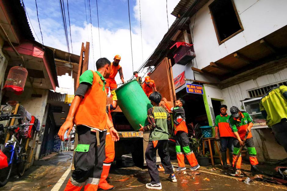 Warga Bendungan Hilir Bersih-Bersih Sampah Sisa Banjir-0