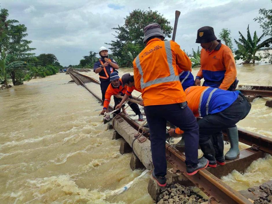 Perbaikan Rel Kereta Api Terdampak Banjir di Cikarang-5