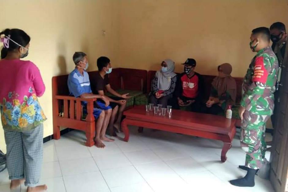 TNI-Polri Dampingi Bidan Desa Lakukan Tracing Contact Covid-19 di Brebes-0