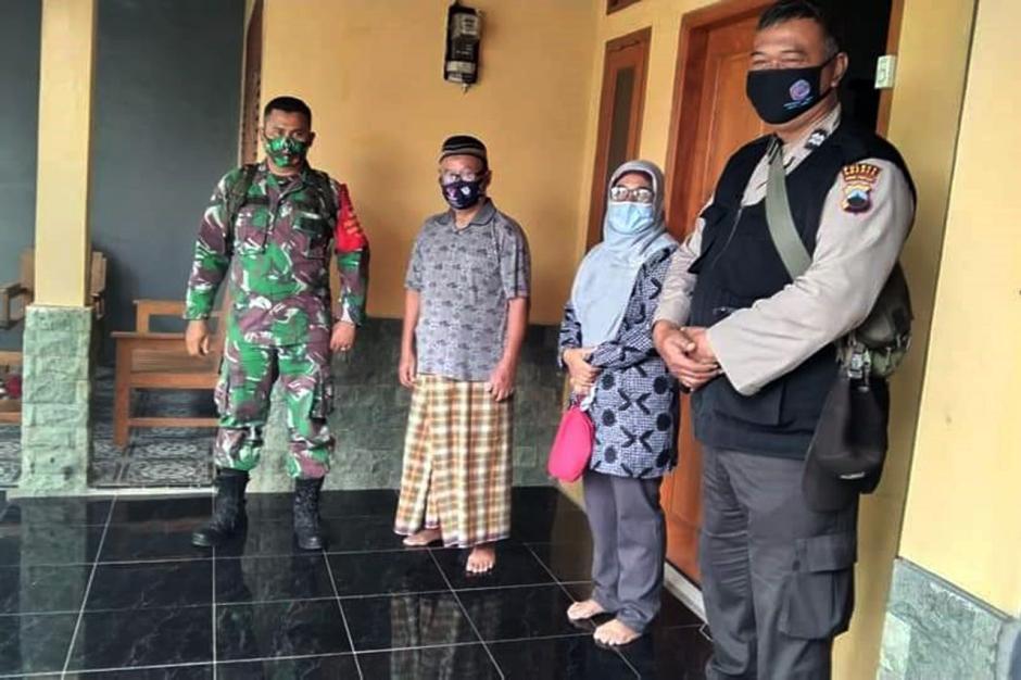 TNI-Polri Dampingi Bidan Desa Lakukan Tracing Contact Covid-19 di Brebes-3