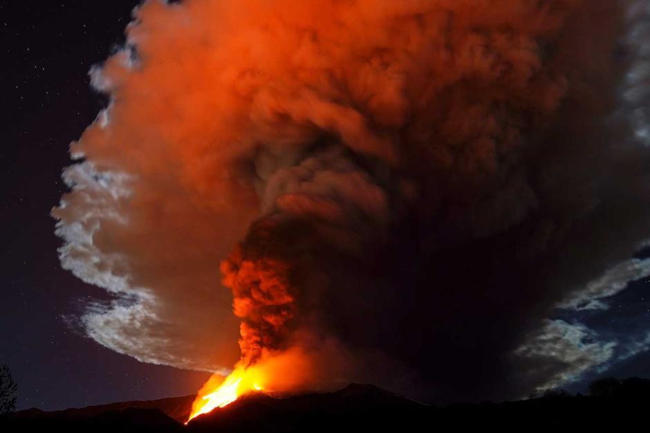 Semburkan Lava Panas Dahsyat, Gunung Etna di Italia Kembali Erupsi-0