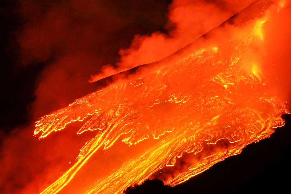 Semburkan Lava Panas Dahsyat, Gunung Etna di Italia Kembali Erupsi-2