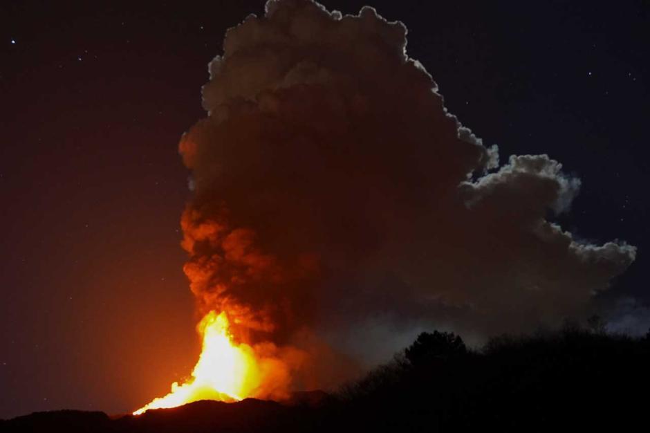 Semburkan Lava Panas Dahsyat, Gunung Etna di Italia Kembali Erupsi-4