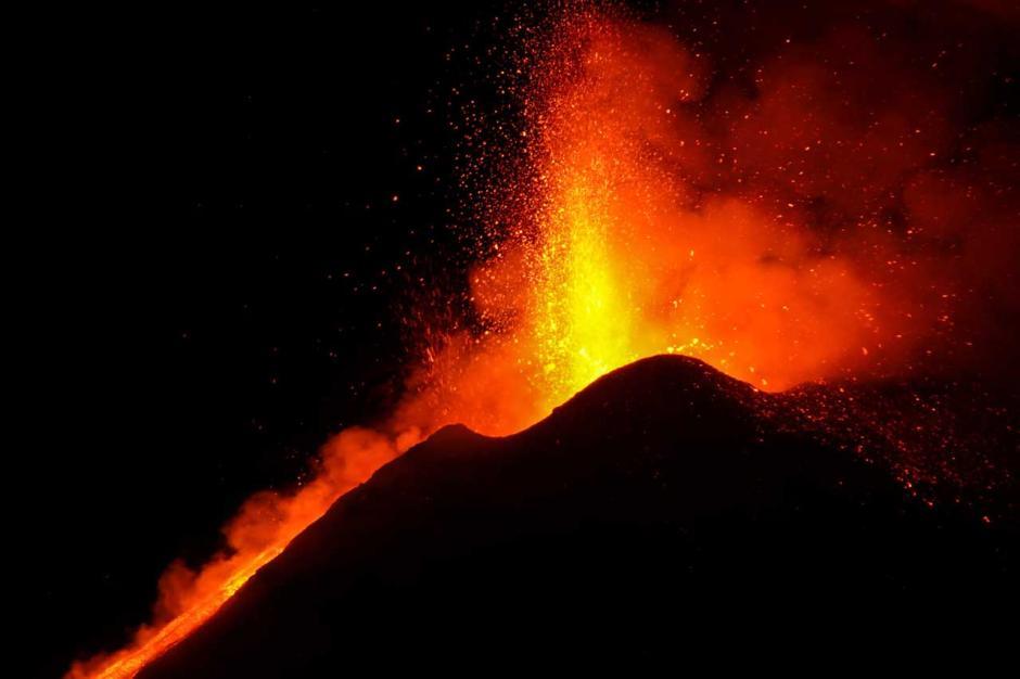 Semburkan Lava Panas Dahsyat, Gunung Etna di Italia Kembali Erupsi-5