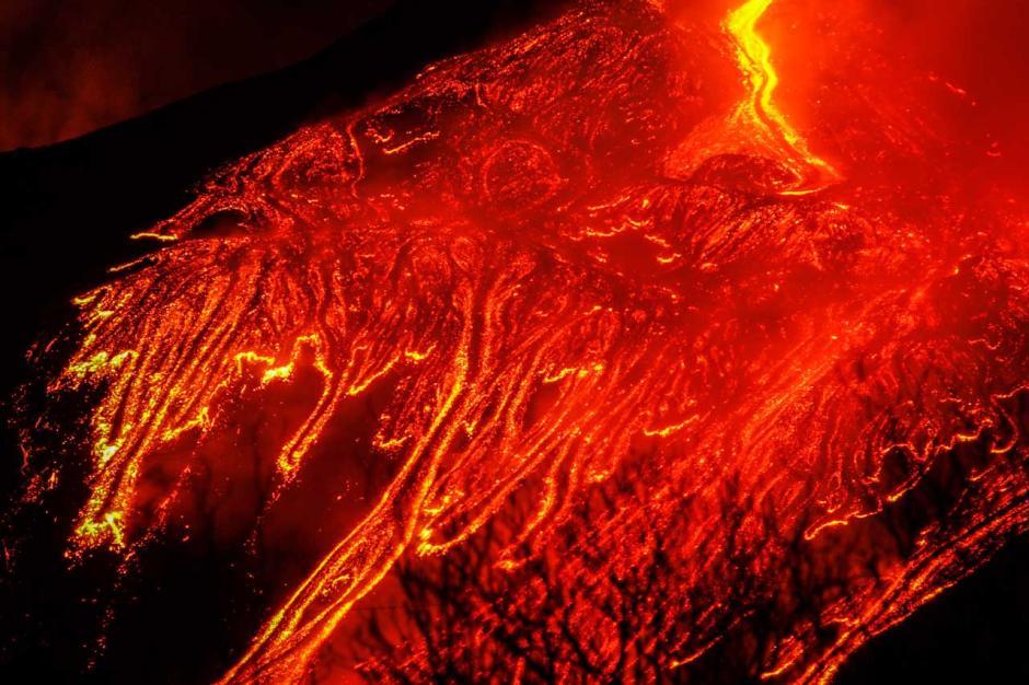 Semburkan Lava Panas Dahsyat, Gunung Etna di Italia Kembali Erupsi-3