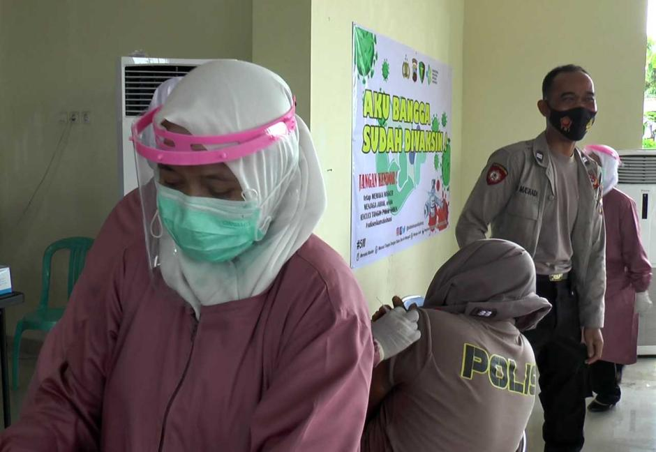 Takut Disuntik Vaksin Covid-19, Polisi Ini Tutupi Kepalanya Pakai Seragam-1