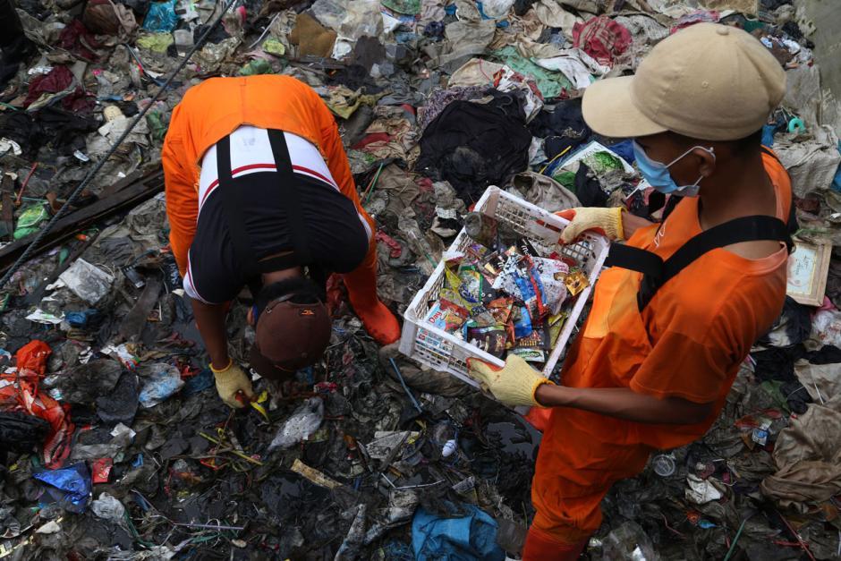 Aktivis Gelar Kampanye #2021stopmakanplastik di Kawasan Pesisir Kenjeran Surabaya-2