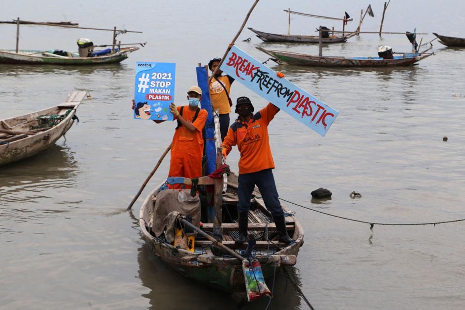 Aktivis Gelar Kampanye #2021stopmakanplastik di Kawasan Pesisir Kenjeran Surabaya-4