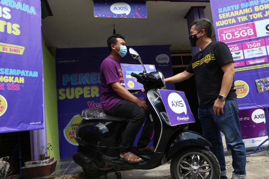 Beli Paket Internet Axis, Pria Jombang Jawa Timur Ini Dapat Hadiah Vespa LX125-0
