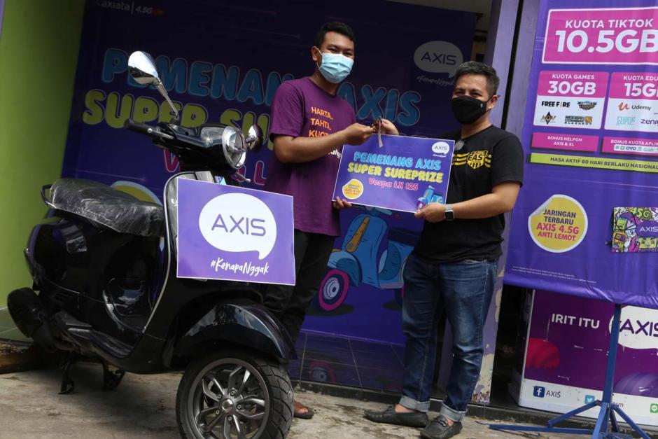 Beli Paket Internet Axis, Pria Jombang Jawa Timur Ini Dapat Hadiah Vespa LX125-4