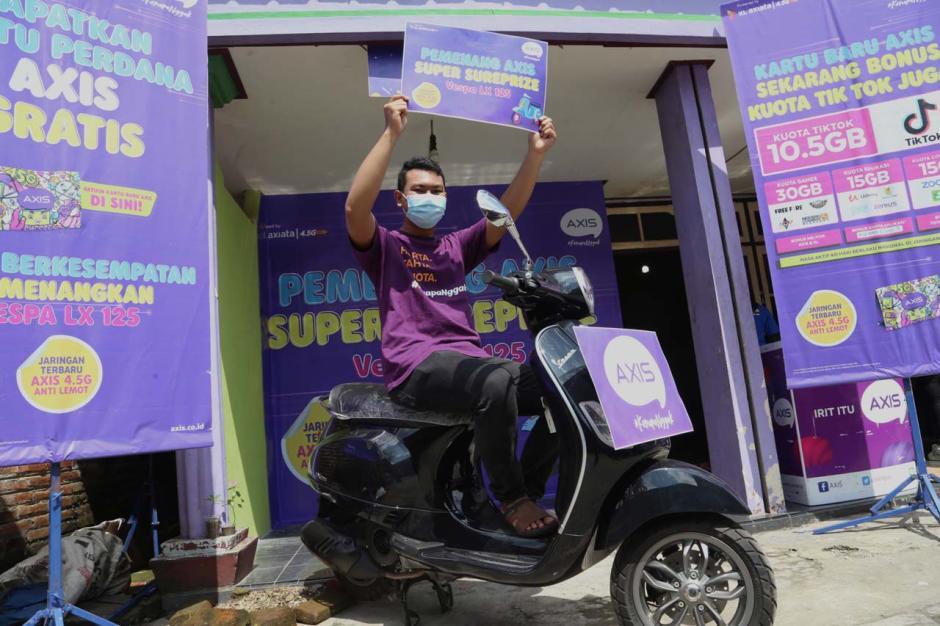 Beli Paket Internet Axis, Pria Jombang Jawa Timur Ini Dapat Hadiah Vespa LX125-1