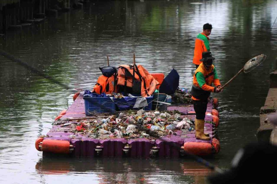 Petugas Bersihkan Kali Sunter dari Limbah Sampah-3
