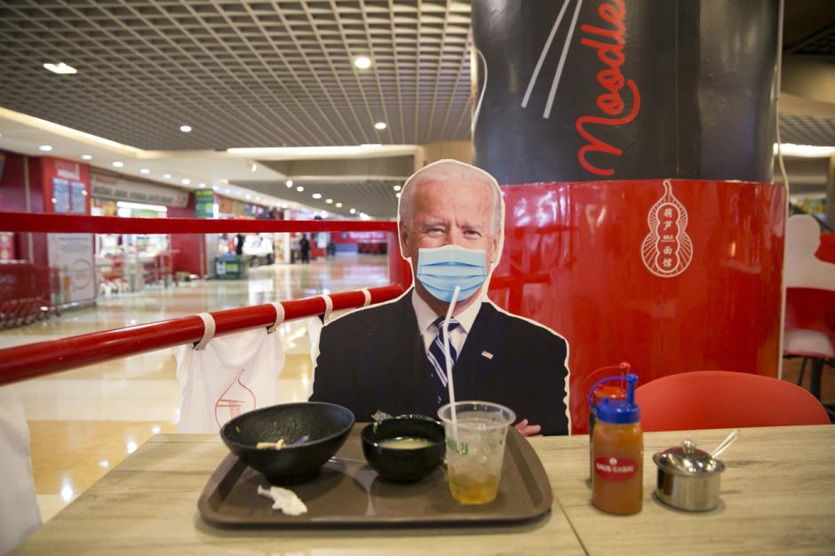 Uniknya Bersantap di Restoran dengan Pembatas Bergambar Kepala Negara-3