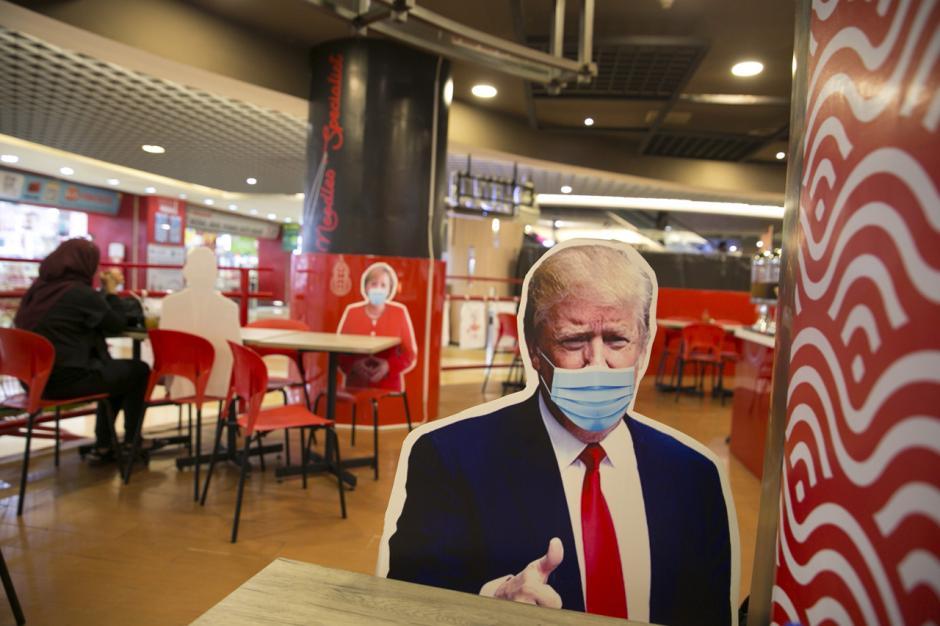 Uniknya Bersantap di Restoran dengan Pembatas Bergambar Kepala Negara-2