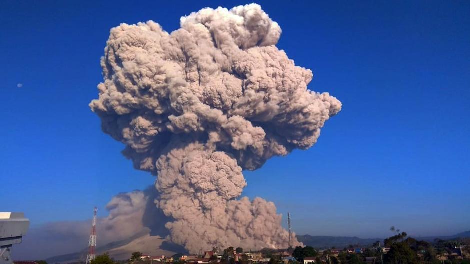 Kembali Erupsi, Gunung Sinabung Luncurkan Awan Panas Sejauh 4.500 Meter-1