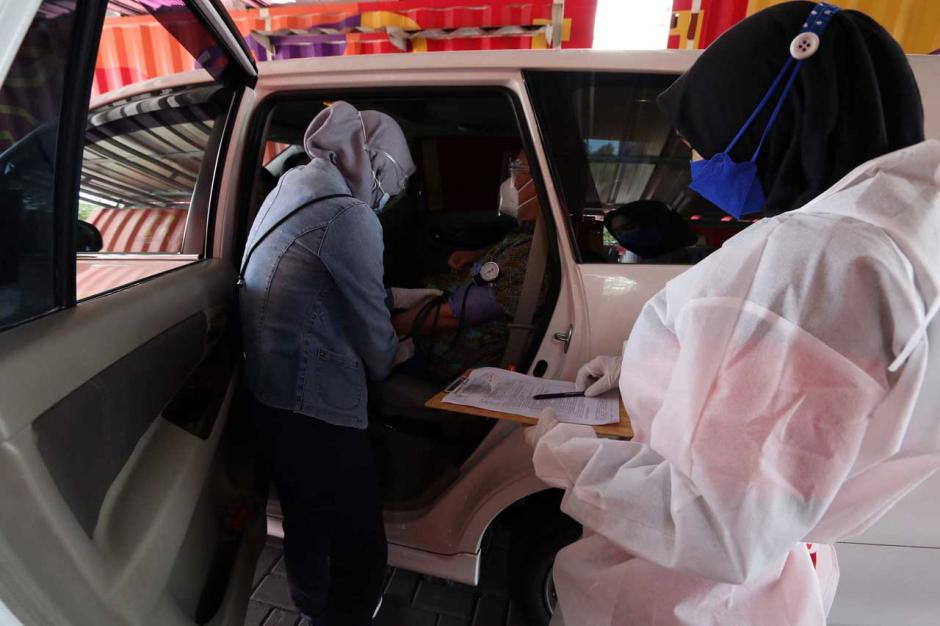 Layanan Vaksinasi Covid-19 Drive Thru untuk Lansia di PPK Kemayoran-1
