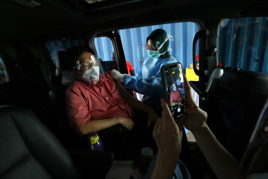 Layanan Vaksinasi Covid-19 Drive Thru untuk Lansia di PPK Kemayoran-3