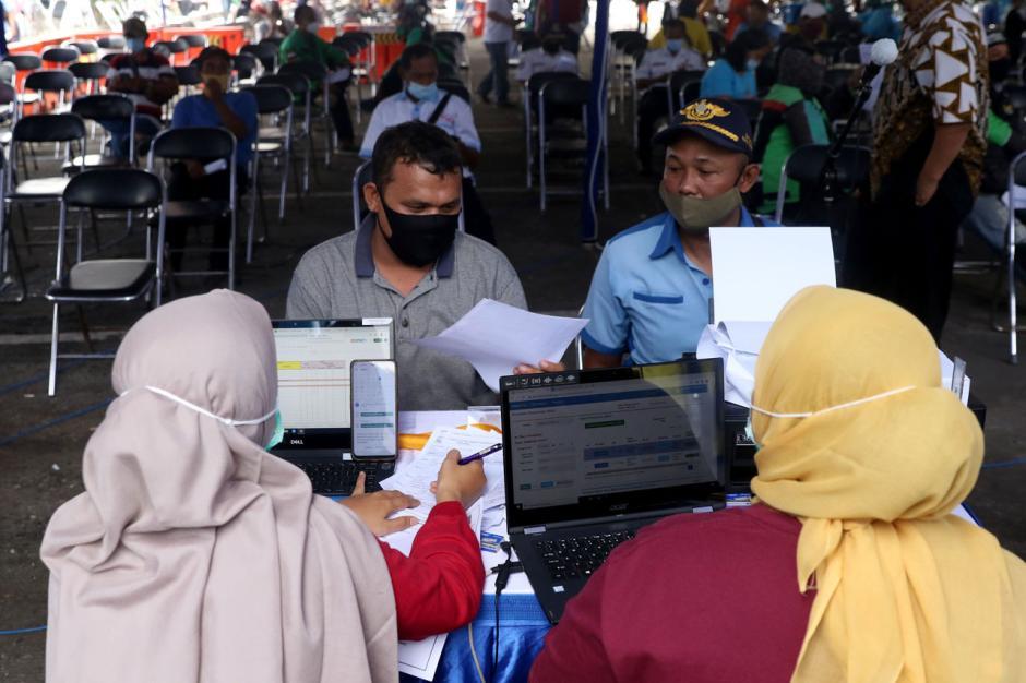 Ribuan Sopir Transportasi Umum Kota Tangerang Jalani Vaksinasi Covid-19 di Terminal Poris-2