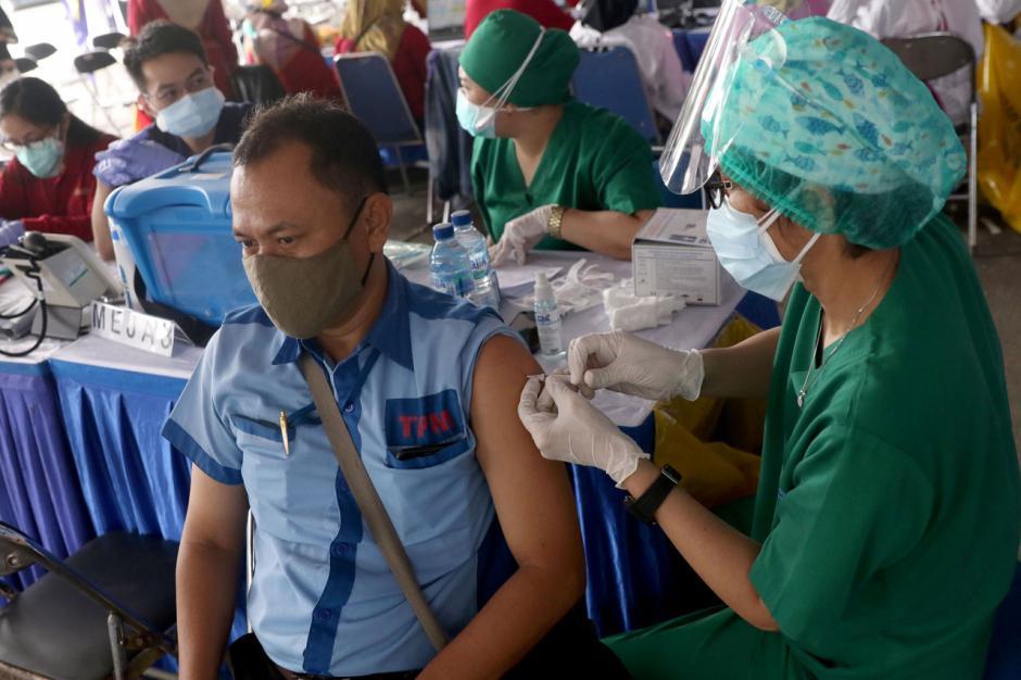 Ribuan Sopir Transportasi Umum Kota Tangerang Jalani Vaksinasi Covid-19 di Terminal Poris-4
