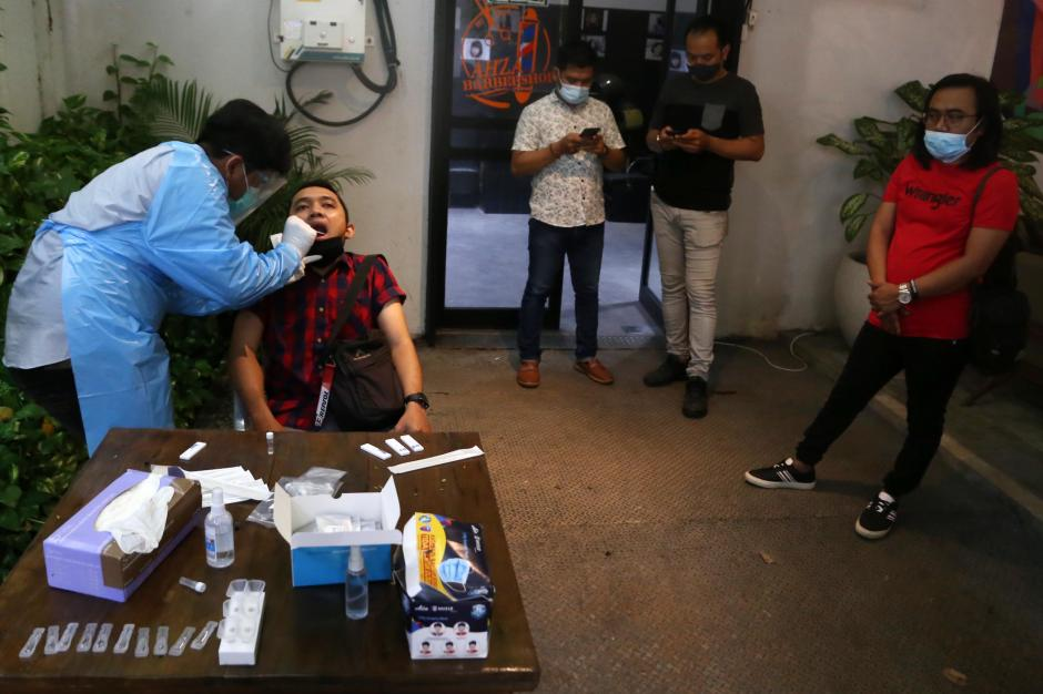 Masuk Kafe di Surabaya, Pengunjung Wajib Jalani Tes Rapid Antigen Bioscience-4
