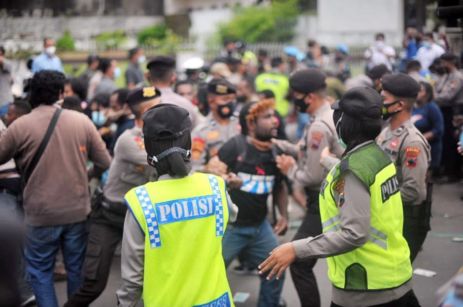 Langgar Prokes, Polisi Bubarkan Demo Mahasiswa Papua di Semarang-0
