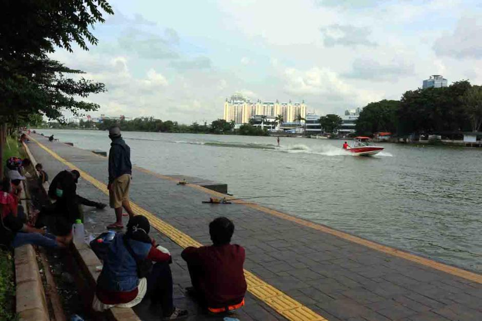 Aksi Atlet Ski Air Berlatih di Danau Sunter Jadi Tontonan Warga-3