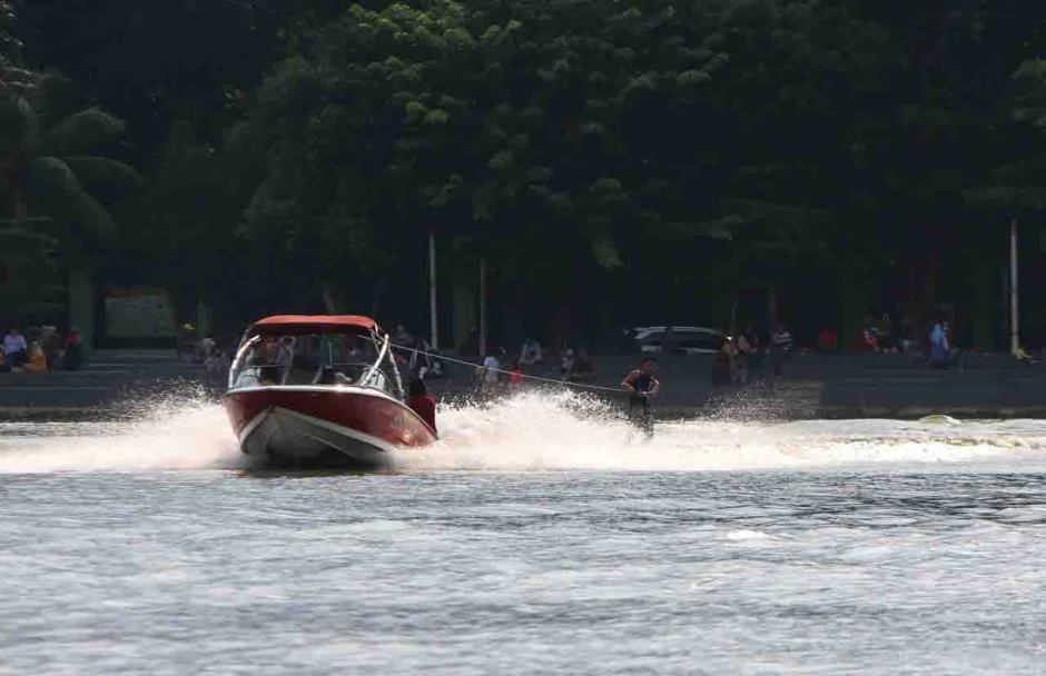 Aksi Atlet Ski Air Berlatih di Danau Sunter Jadi Tontonan Warga-1