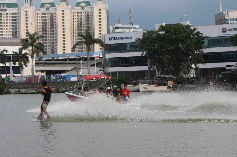 Aksi Atlet Ski Air Berlatih di Danau Sunter Jadi Tontonan Warga-2
