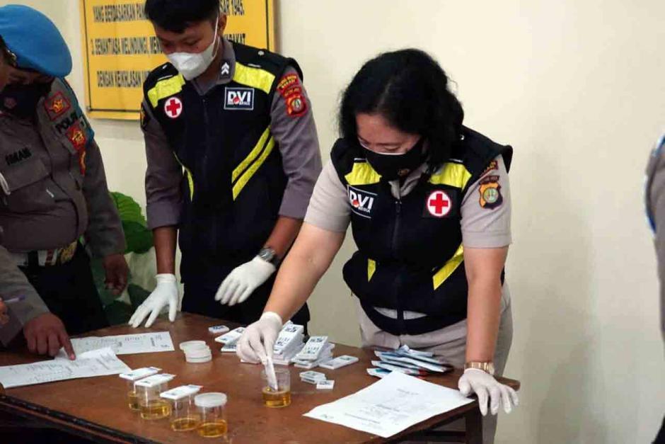 Ratusan Anggota Polres Metro Bekasi Lakukan Tes Urine-3