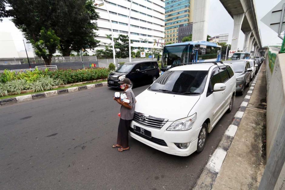 Parkir Sembarangan di Bahu Jalan Kian Marak di Ibukota-2