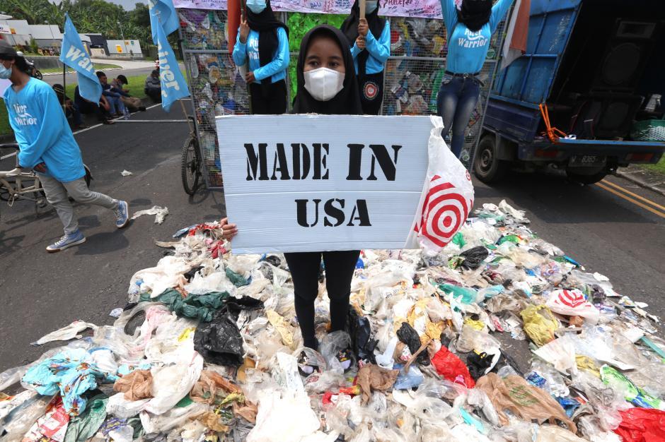 Protes Sampah dari Amerika, River Warriors Indonesia Demo Konjen AS di Surabaya-1