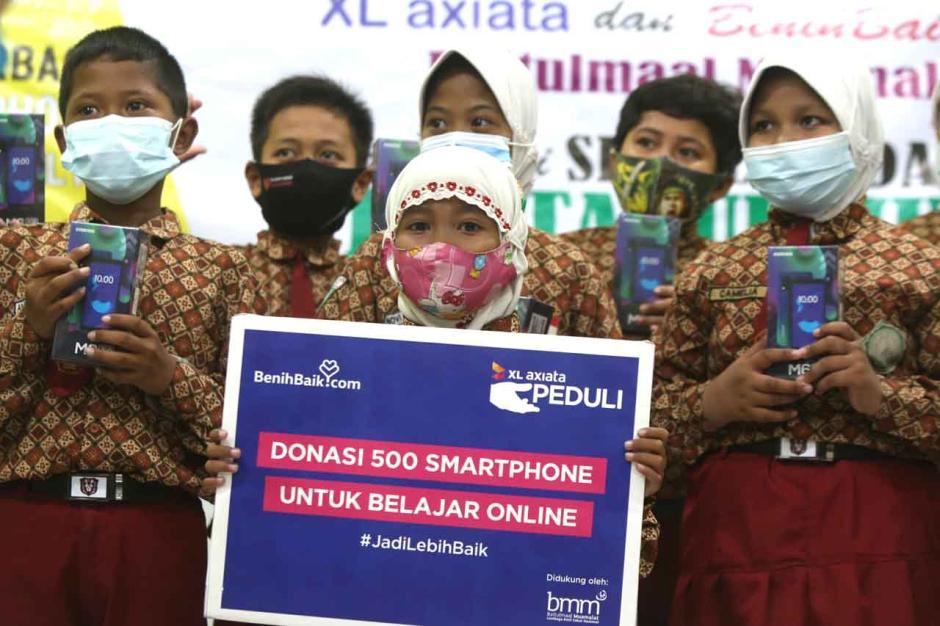 XL Axiata Serahkan 500 Smartphone dan Internet Gratis untuk Pelajar Tidak Mampu-1