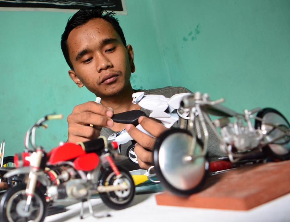 Memanfaatkan Limbah Plastik Jadi Miniatur Motor Custom-0