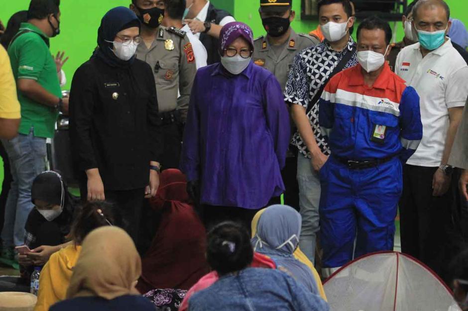 Mensos Kunjungi Pengungsi Kebakaran Kilang Pertamina-0
