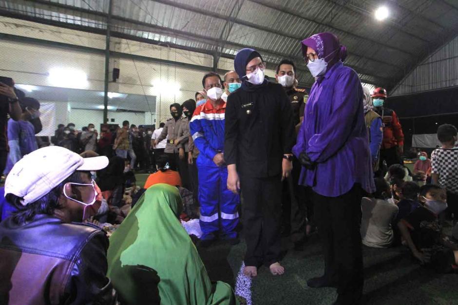 Mensos Kunjungi Pengungsi Kebakaran Kilang Pertamina-1