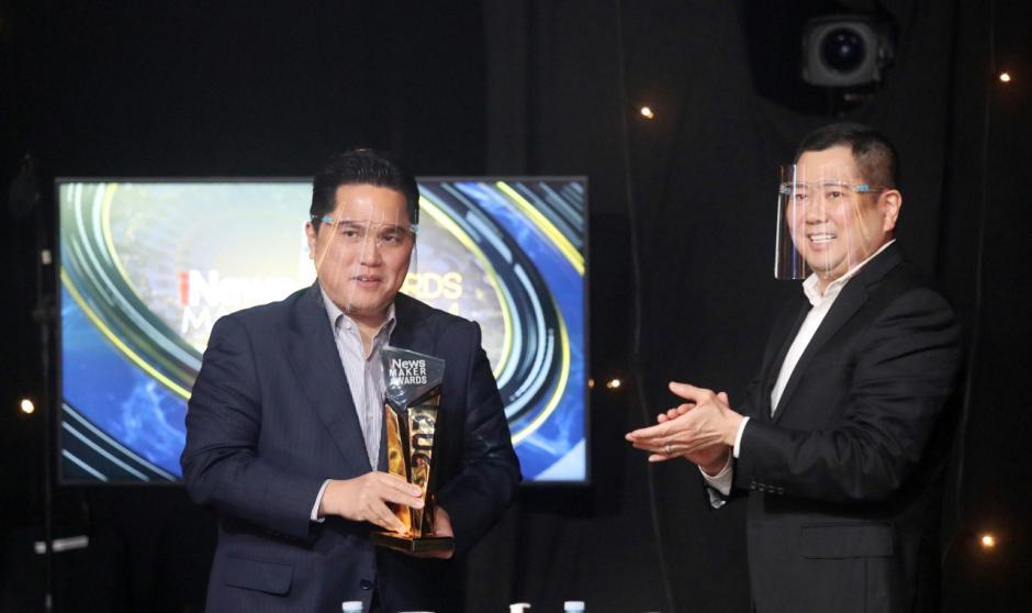 Menteri BUMN Erick Thohir Terima Penghargaan iNews Maker Awards 2021-0