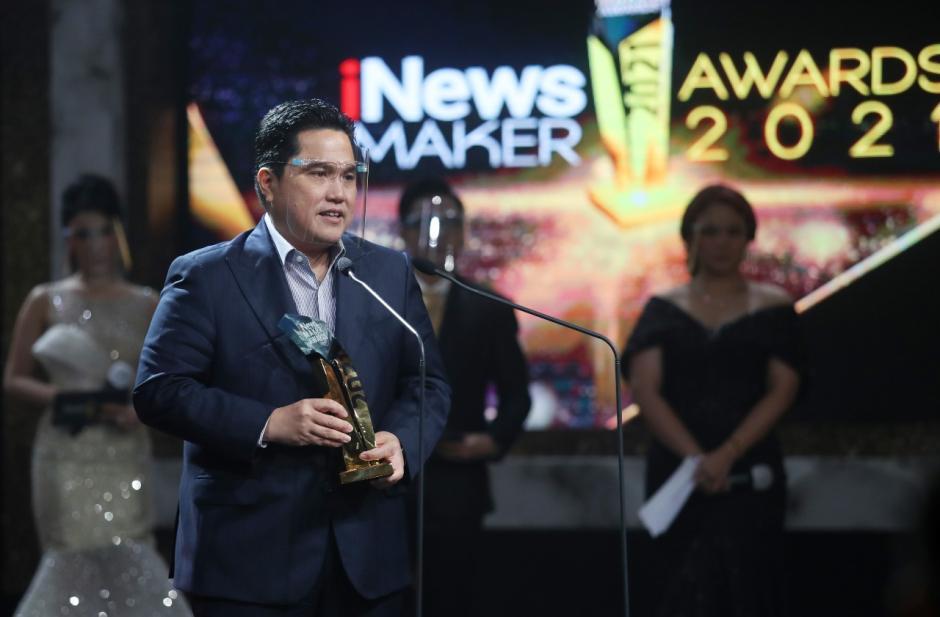Menteri BUMN Erick Thohir Terima Penghargaan iNews Maker Awards 2021-1